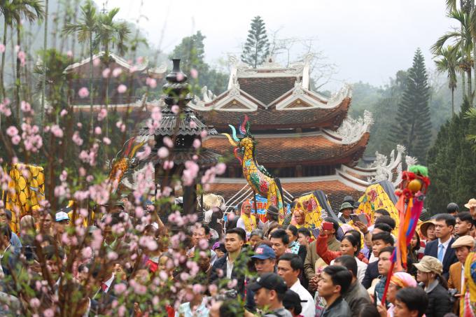 Ngày đầu khai hội Chùa Hương: Hàng vạn người nhích từng bước trong mưa xuân