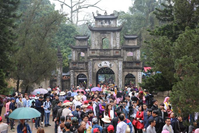 Người dân tham dự lễ hội đông chật kín.
