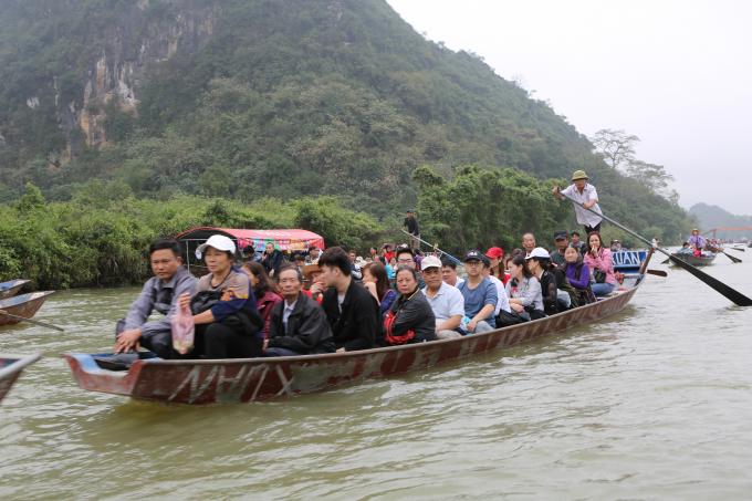 Những chuyến đò đưa từng đoàn người đi hành hương.