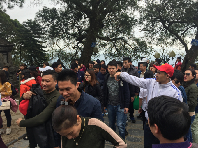 Quảng Ninh: Trước ngày khai hội Yên Tử, dòng người đổ về kín như nêm