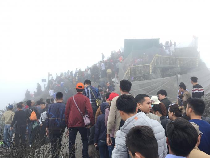 Tuy đã có cáp treo nhưng nhiều tín đồ và du khách vẫn chọn lối đi bộ leo đến chùa Đồng - ngôi chùa cao nhất trên đỉnh Yên Tử, để thể hiện