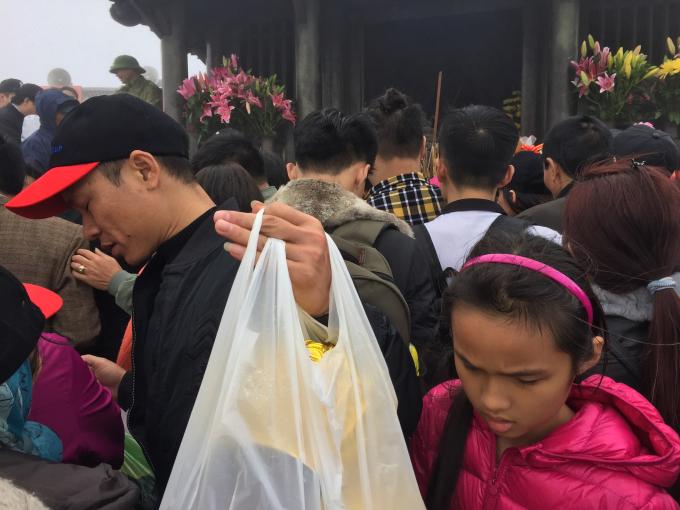 Tuy chưa đến ngày chính hội nhưng dòng người đổ về nơi đây rất đông.