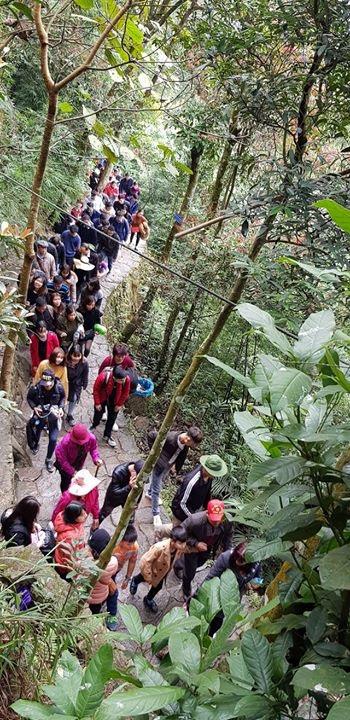 Dòng người nối đuôi nhau trên đường đi lên Yên Tử.