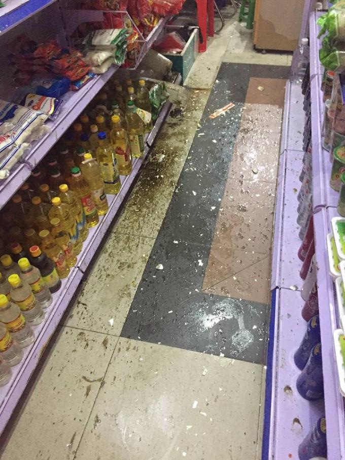 Thiệt hại rất lớn của cửa hàng do hành vi ném chất bẩn của các đối tượng.