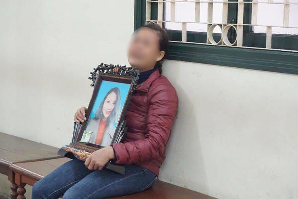 Mẹ nạn nhân cầm di ảnh con khóc ngất tại tòa.