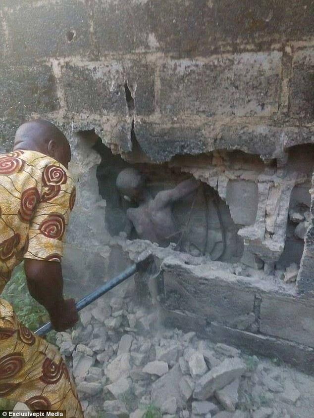 Người ta phải đập vỡ cả mảng tường để giải cứu cậu bé (Ảnh: Dailymail)