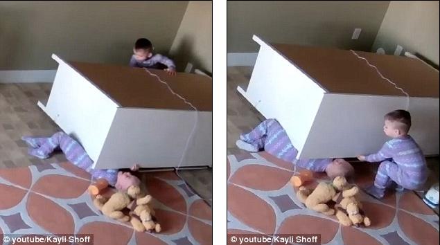 Toddler Bowdy Shoff cố gắng đẩy chiếc tủ đang đè lên em trai mình (Ảnh: DailyMail)
