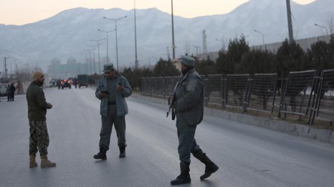 Lực lượng an ninh Afghanistan đứng gần hiện trường xảy ra 2 vụ đánh bom ở thủ đô Kabul. (Ảnh: Reuters)