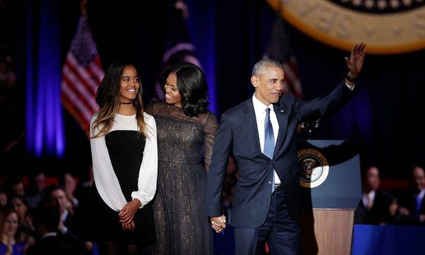 Ông Obama cùng vợ và con gái tại buổi phát biểu cuối cùng diễn ra tại Chicago. (Ảnh: Guardian)