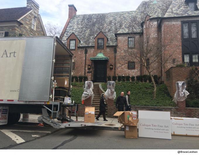 Chiều thứ 2 (16/1), nhiều chiếc xe tải chở đồ đã xuất hiện bên ngoài căn nhà mới của gia đình Obama tại khu Kalorama. (Ảnh: Daily Mail)