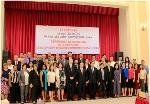 Các thành viên Phái Đoàn Cuba và Phái Đoàn Việt Nam chụp ảnh lưu niệm tại Kỳ họp.