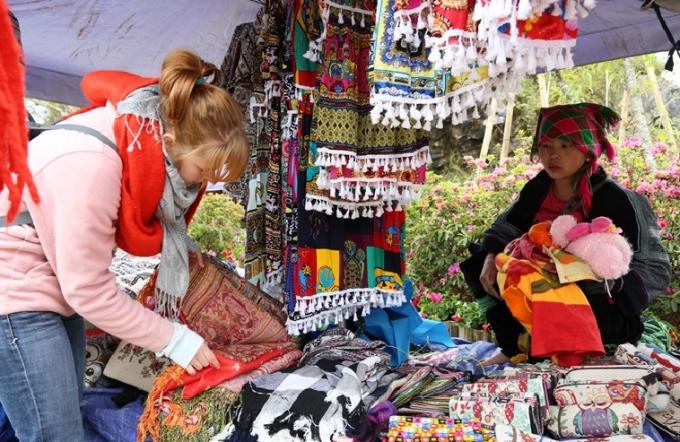 Du khách nước ngoài mua sắm tại Lễ hội Hoa Đỗ Quyên (Fansipan).