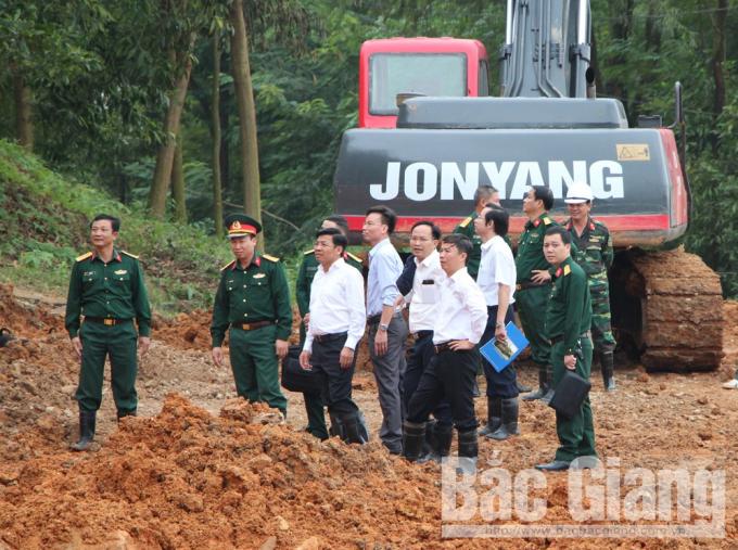 Phó Chủ tịch tỉnh Bắc Giang, ông Dương Văn Thái cùng lãnh đạo huyện Hiệp Hòa, Sở Nông nghiệp và PTNT có mặt tại hiện trường để kiểm ra, chỉ đạo xử lý tình trạng núi nứt gây ảnh hưởng đến người dân. (Ảnh Báo Bắc Giang).