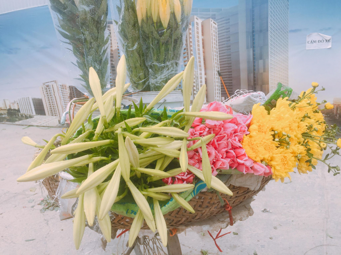 Từ những sạp hoa tươi cho tới những xe hoa rong đều xuất hiện một màu trắng tinh khôi của hoa loa kèn.