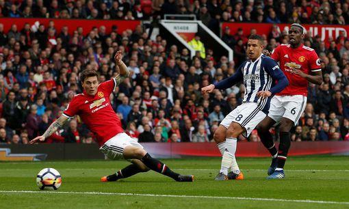 Hàng thủ của Man Utd đã phải chơi khá vất vả trong hiệp 1. (Ảnh: Reuters)