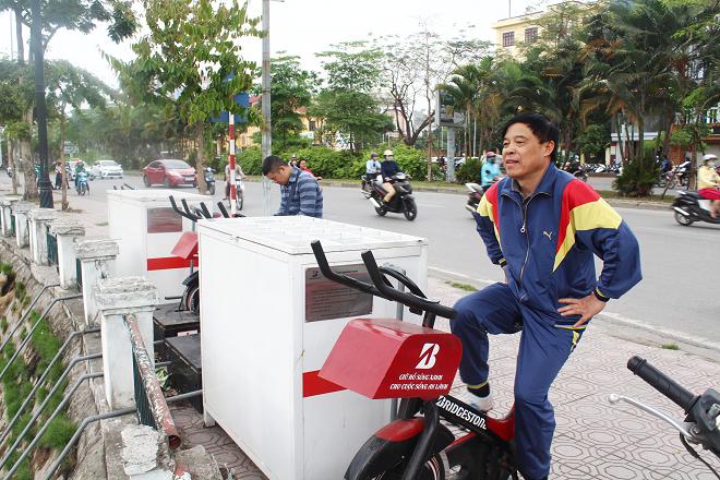 Tháng 12.2017, 6 chiếc xe đạp lọc nước và 3 thùng lọc được lắp đặt bên hồ Hoàng Cầu (quận Đống Đa, Hà Nội) thu hút người dân đến trải nghiệm.