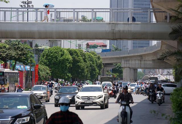 Mặt đường Nguyễn Trãi vào mùa hè như tấm gương phản xạ, hắt ánh nắng trở lại người đi đường.