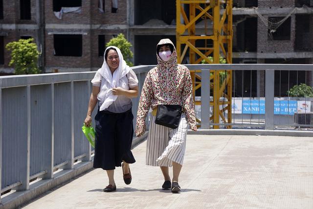 Đi bộ dưới ánh nắng 38 độ C quả là trải nghiệm đầy sợ hãi với nhiều người.