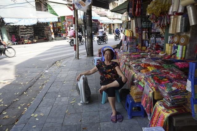 Người bán hàng một mình một quạt trên đường phố.
