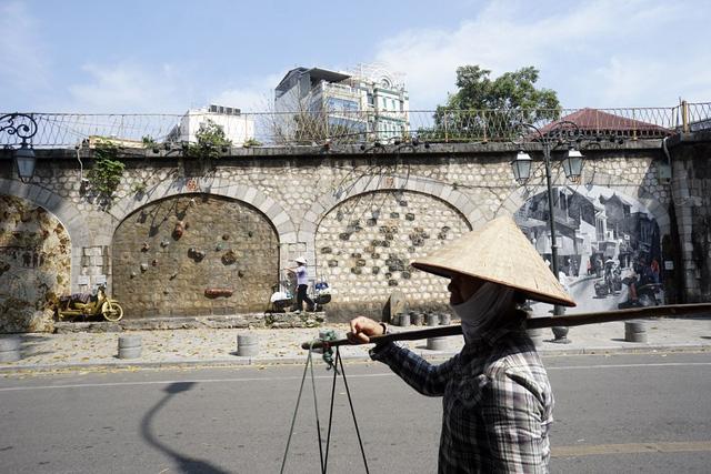 Phố Phùng Hưng, điểm vui chơi mới của người dân Hà Nội vắng không một bóng người.