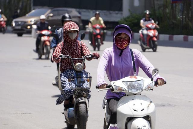 Trang phục thường thấy của giới nữ trong mùa hè.