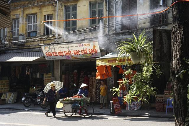 Vòi phun sương được sử dụng tại nhiều nơi nhằm làm dịu cái nóng trên đường phố.
