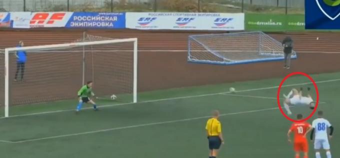 Cú sút phạt không tưởng của cầu thủNorik Avdalya. (Ảnh: Cắt từ clip)