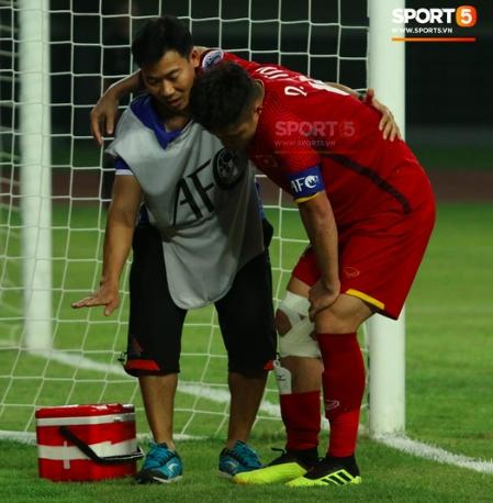 Văn Tới đã dính chấn thương khá nặng và sớm nói lời chia ta giải đấu. (Ảnh:Sport5)