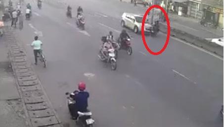 2 thanh niên bị ô tô tông trúng khi sang đường thiếu quan sát. (Ảnh: Cắt từ clip)