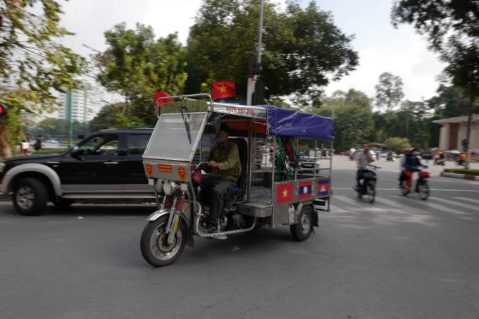 Những chiếc xe ba gác cũng được trang trí đẹp mắt để cổ vũ ĐT Việt Nam.