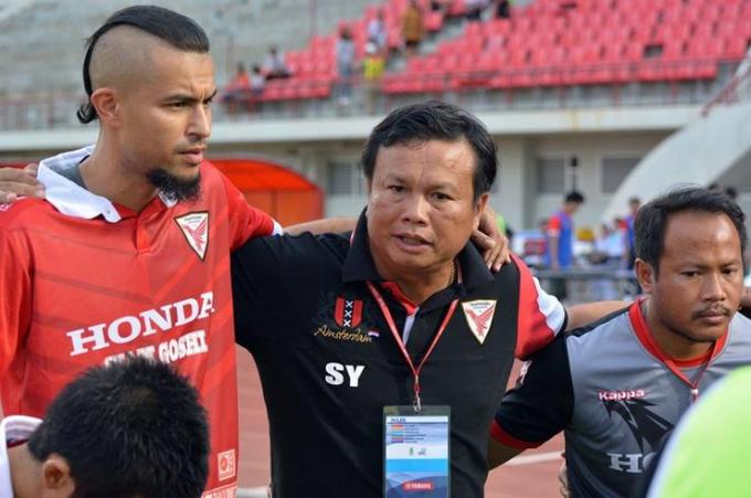 ÔngSirisak Yodyardthai (giữa) khi còn dẫn dắt Thai Honda. (Ảnh: Bongdaso)