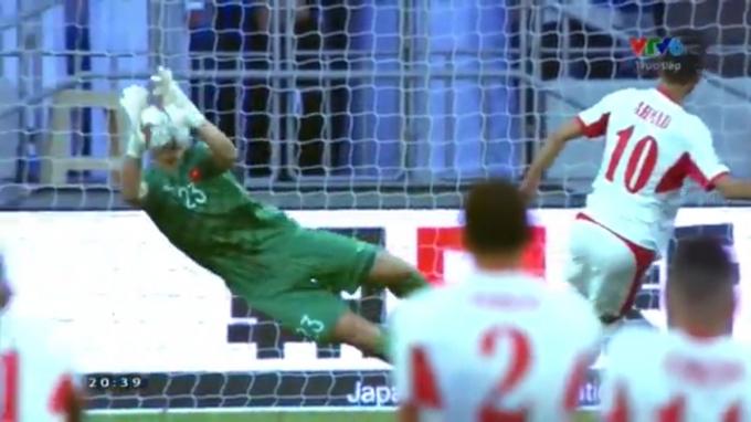 Thủ thành Văn Lâm lọt top cản phá nhiều nhất thời điểm hiện tại Asian Cup 2019. (Ảnh: Cắt từ clip)