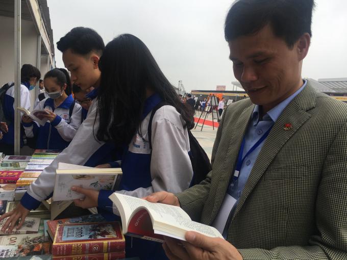 Bạn đọc yêu sách tại Ngày hội sách.