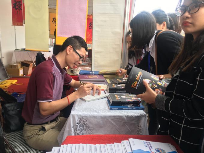 Doanh nhân Nguyễn Huy Du ký tặng độc giả sách.