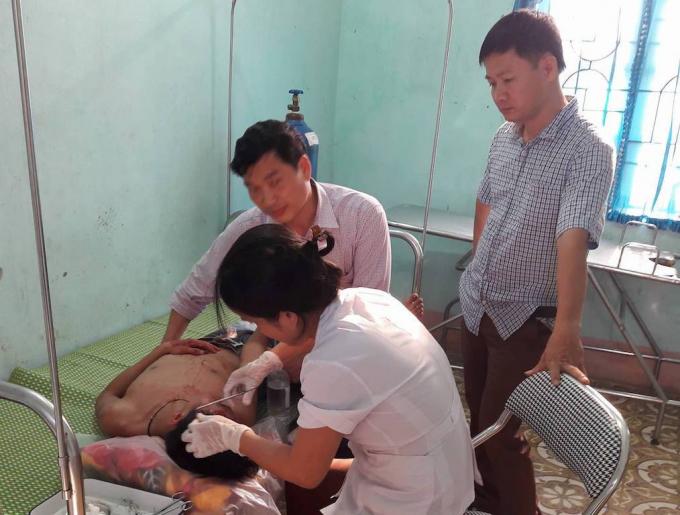 Học sinh bị thương được điều trị tại bệnh viện.