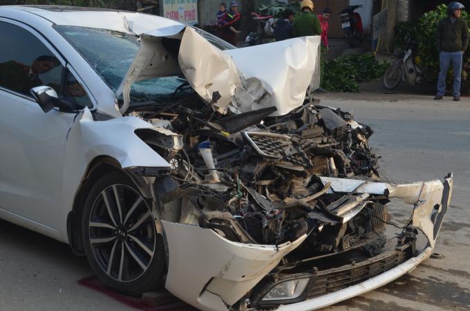 Chiếc xe con bị hư hỏng rất nặng phần đầu.