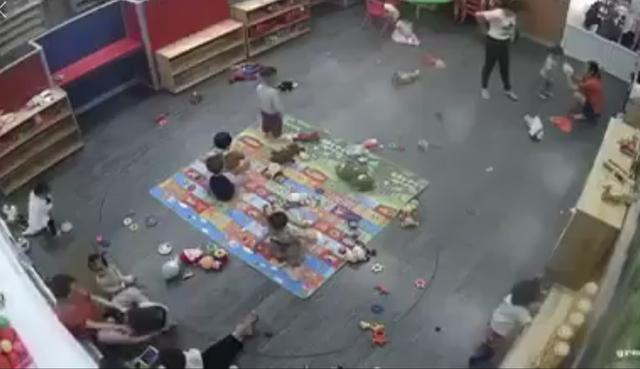 Hình ảnh nữ giáo viên, kẹp chân đánh liên tiếp vào người cháu bé (ảnh cắt từ clip).