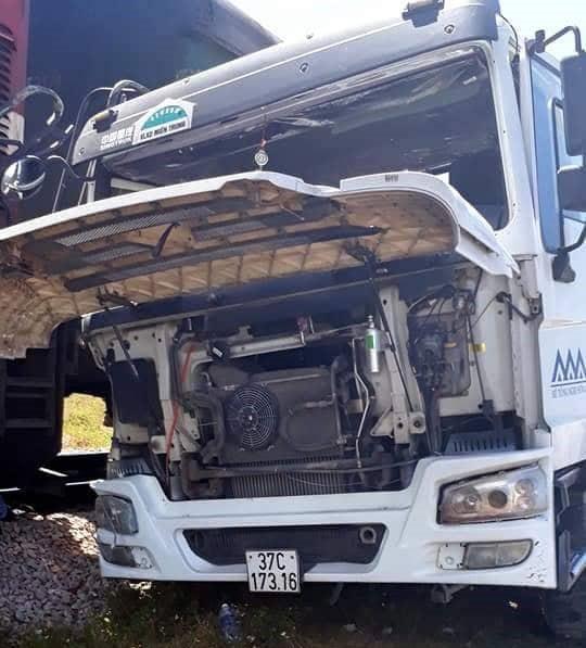 Chiếc xe tải bị hư hỏng nặng sau cú va chạm kinh hoàng.