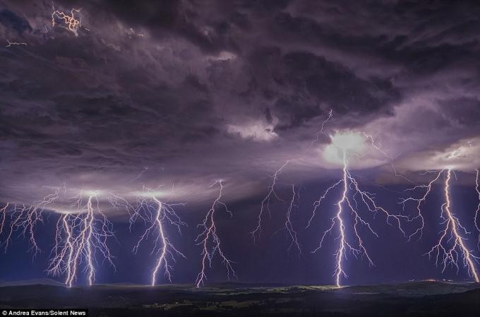 Đang trú mưa ngoài đồng, 12 người bị sét đánh bất tỉnh (ảnh minh họa).