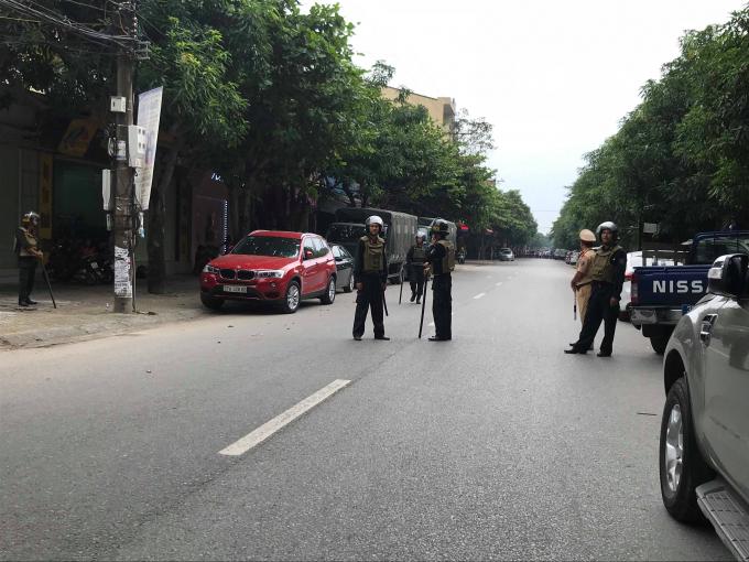 Lực lượng chức năng chốt chặn trên tuyến đường dẫn đến ngôi nhà nơi đối tượng cố thủ.
