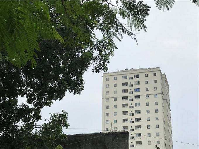 Lực lượng bắn tỉa được triển khai trên một ngôi nhà phía xa sẵn sàng hỗ trợ.