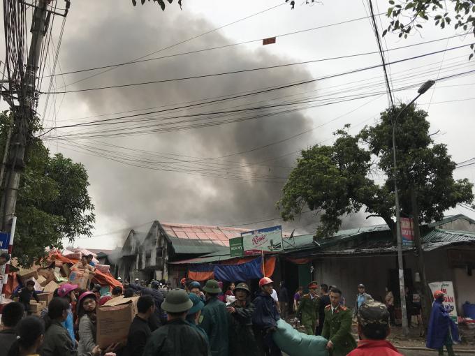 Ngọn lửa tạo nên một cột khói khổng lồ.