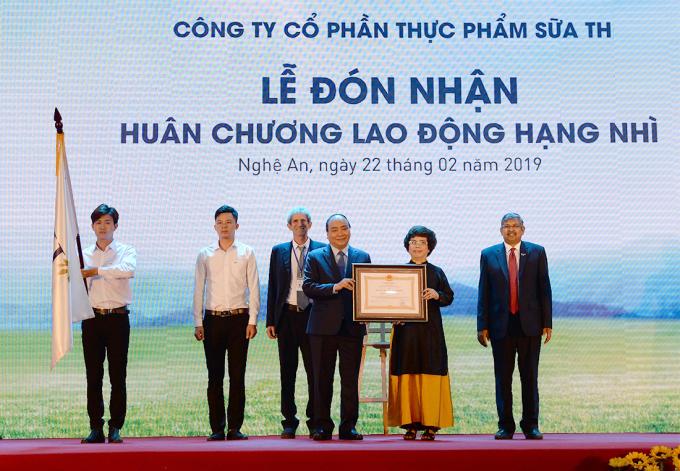 Thủ tướng Chính phủ trao Huân chương lao động hạng Nhì cho đại diện tập đoàn TH.