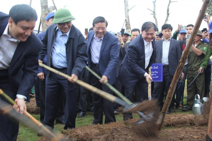 Dịp này, Thủ tướng Chính phủ Nguyễn Xuân Phúc đã phát động Tết trồng cây 2019 của tỉnh Nghệ An - tâm điểm lan tỏa ngày hội trồng cây.