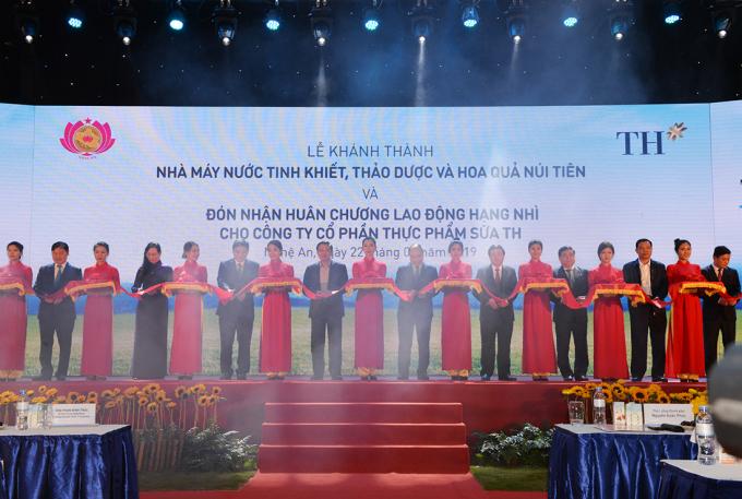 Cũng trong buổi lễ, Thủ tướng, lãnh đạo UBND tỉnh Nghệ An và tập đoàn TH đã cắt băng khánh thành nhà máy sản xuất nước tinh khiết, thảo dược và hoa quả Núi Tiên.