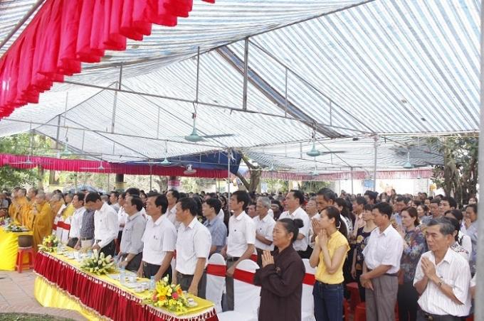 Lễ Phật Đản tại chùa Thụy Ứng có sự tham dự của các tăng ni, phật tử, người hướng phật và đại diện chính quyền địa phương.
