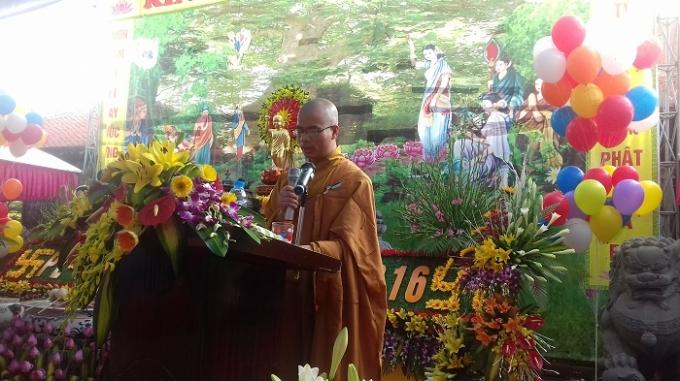 Những người đến với lễ Phật Đản nguyện cầu anh sáng từ bi, trí tuệ của Đức Bản Sư Thích Ca Mâu Ni.