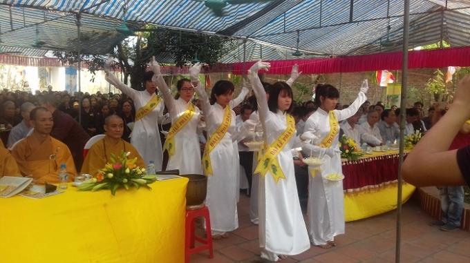 Nghi thức dâng hoa tại lễ Phật Đản.