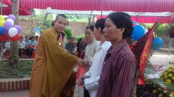 Nhà chùa trao 50 suất quà cho các hoàn cảnh khó khăn trên địa bàn huyện.
