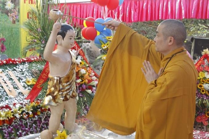 Nghi thức tắm cho Phật.